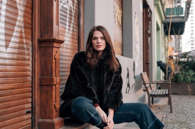 Muriel Mendoza sitting on a door stoop in Berlin